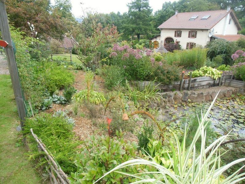 Trois jardins vosgiens for Architecture qui se fond dans le paysage